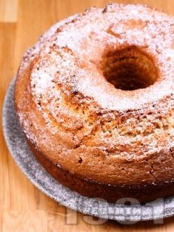Пухкав и лесен класически домашен кекс в кръгла форма с ванилия, лимонови кори и пудра захар - снимка на рецептата